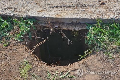수감자 6명이 탈옥할 때 사용한 것으로 보이 땅굴. [타스=연합뉴스]