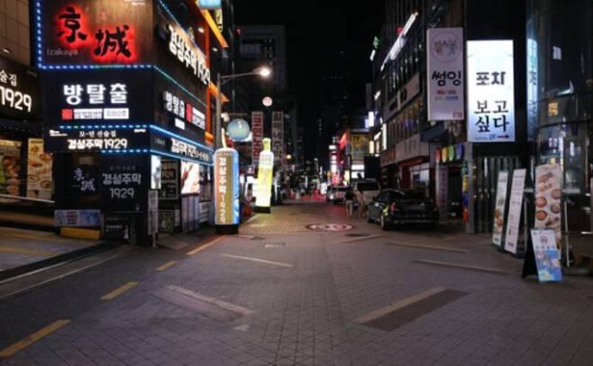 신종 코로나바이러스 감염증(코로나19) 재확산에 민간 소비가 직격탄을 맞았다. 서울 자영업자 카드 매출은 지난해에 비해 25% 급감했다. 연합뉴스 제공