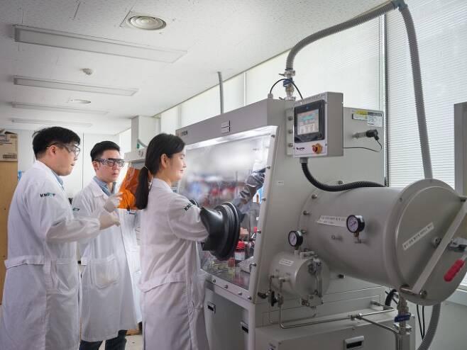 지난 7월 N랩에 지정된 화학연구원 정보전자폴리머연구실 연구원이 고기능 고분자 적용 연구를 수행하고 있다. 화학연구원 제공.