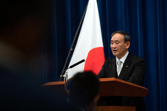 스가 요시히데 신임 일본 총리가 지난 16일 도쿄 총리관저에서 취임 첫 기자회견에 나서고 있다. 도쿄/AFP 연합뉴스