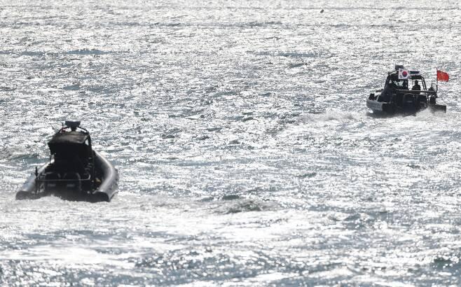 25일 오전 인천 옹진군 연평도 바다에서 해병대 고속단정이 바다로 나가고 있다. / 장련성 기자