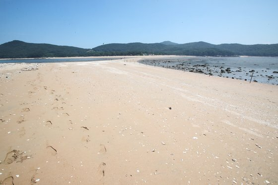 8월 25일 실미도 해변가. 멀리 무의도가 보인다. 우상조 기자