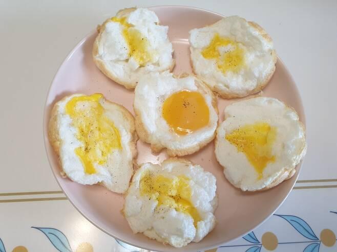 달걀 2개로 만든 클라우드 에그. 노른자 1개는 터뜨리는 바람에 여러 흰자 구름 위에 나누어 뿌렸다. /사진=이영민 기자