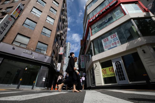 9월24일 서울 종로구 일대 상가들이 줄지어 임차인을 찾는 현수막을 줄지어 붙이고 있다. [조영철 기자]*