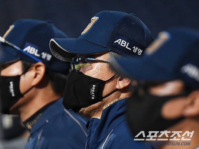 2020 KBO리그 LG 트윈스와 NC 다이노스의 경기가 24일 창원 NC파크에서 열렸다. NC 이동욱 감독이 경기를 지켜보고 있다. 창원=정재근 기자 cjg@sportschosun.com/2020.09.24/