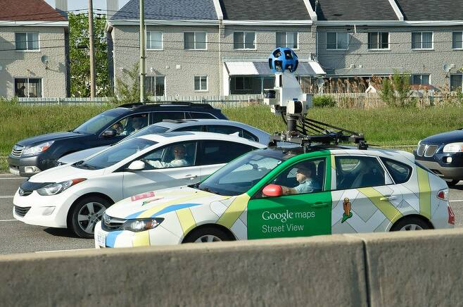 구글 차량이 직접 도로를 돌아다니며 정밀 지도 제작을 위한 도로 정보를 촬영하고 있는 장면. 차량 위에 탑재된 장치가 라이다(LiDAR)를 비롯한 측량 장치다. /크리에이티브 커먼스
