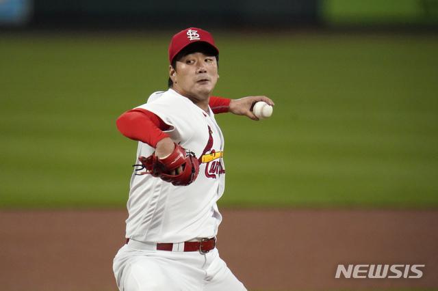 [세인트루이스=AP/뉴시스]세인트루이스 카디널스의 김광현이 24일(현지시간) 미 미주리주 세인트루이스 부시스타디움에서 열린 2020 메이저리그(MLB) 밀워키 브루어스와의 홈경기에 선발 등판해 1회 투구하고 있다. 2020.09.25