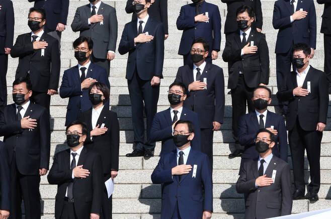 주호영 국민의힘 원내대표와 의원들이 28일 국회 본청 앞 계단에서 열린 '북한의 우리 국민 학살만행 규탄 긴급의원총회'에서 국민의례하고 있다. ⓒ 연합뉴스