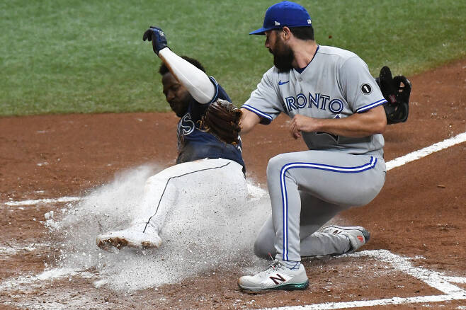 Sep 29, 2020; St. Petersburg, Florida, USA; Tampa Bay Rays outfielder Randy Arozarena (56) slides into home plate as Toronto Blue Jays pitcher Robby Ray (38) attempts to catch the ball in the fourth inning at Tropicana Field. Mandatory Credit: Jonathan Dyer-USA TODAY Sports        <저작권자(c) 연합뉴스, 무단 전재-재배포 금지>