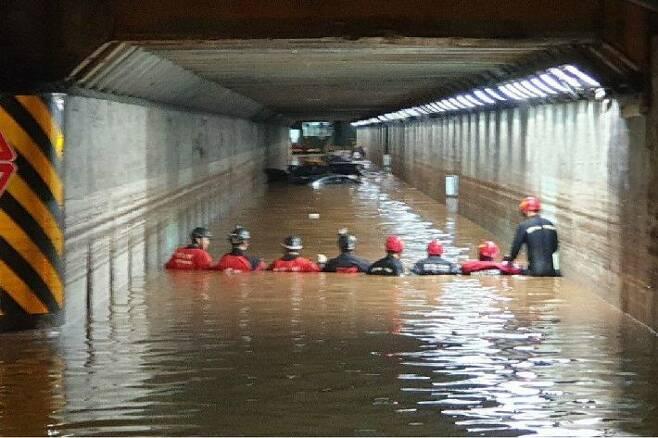 지난 7월 23일 폭우로 물에 잠긴 부산 동구 초량제1지하차도에서 구조대가 구조 작업을 벌이고 있다.(사진=부산경찰청 제공)