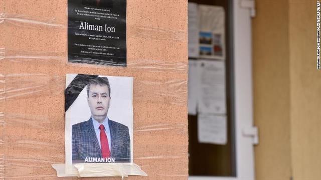 루마니아 데베셀루 시청 외벽에 붙은 이온 알리만 시장의 추모 사진.데베셀루 로이터 연합뉴스