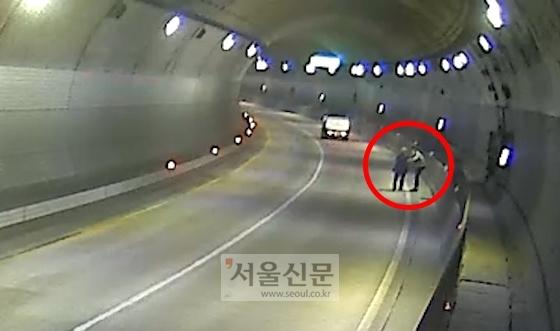 정태웅씨가 지난 16일 오후 8시 30분쯤 경기도 용인시 법화터널 안에서 길을 잃은 채 걷고 있는 할아버지를 돕고 있다. [사진제공: 기흥구청]