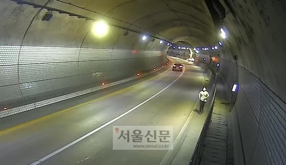 정태웅씨가 지난 16일 오후 8시 30분쯤 경기도 용인시 법화터널 안에서 길을 잃은 채 걷고 있는 할아버지를 돕기 위해 뛰어가고 있다. [사진제공: 기흥구청]