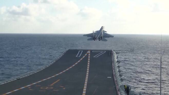 중국 항모에서 이착륙 훈련 중인 함재기