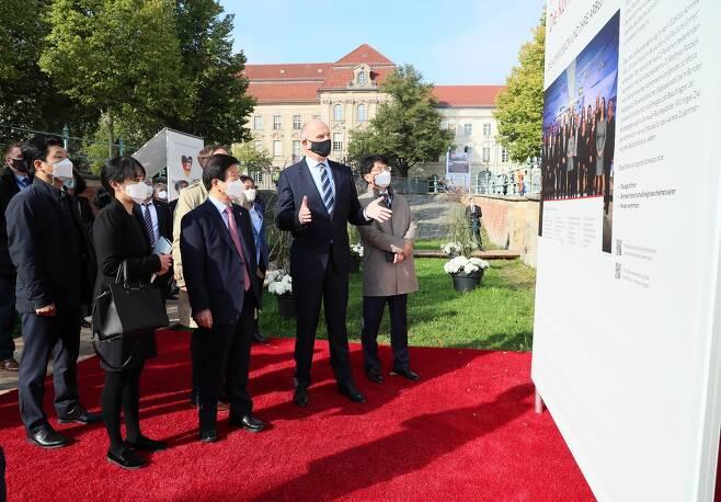 박의장, 포츠담 '통일 엑스포' 방문 박병석 국회의장(사진 가운데 왼쪽)이 1일 독일 포츠담에서 열린 '통일 30주년 엑스포'에서 디트마어 보이드케(가운데 오른쪽) 상원의장의 설명을 듣고 있다. 2020.10.1 [국회의장실 제공]