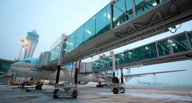 신형 비행기는 엔진과 탑승교 거리가 너무 가까워 안전문제 탓에 접현게이트를 못쓰기도 한다. [중앙포토]