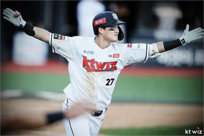 지난달 27일 LG와 홈 경기에서 KBO 리그 사상 최초로 한 달 동안 끝내기 안타 3개를 작성한 kt 배정대.(사진=kt)