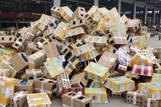 중국의 동물보호 단체가 지난달 22일 중국 허난성 뤄허의 한 물류창고에서 개, 고양이, 토끼, 햄스터 등 택배상자에 담긴 5000여 마리의 반려동물을 발견했다. 2020.10.2 웨이보 캡처