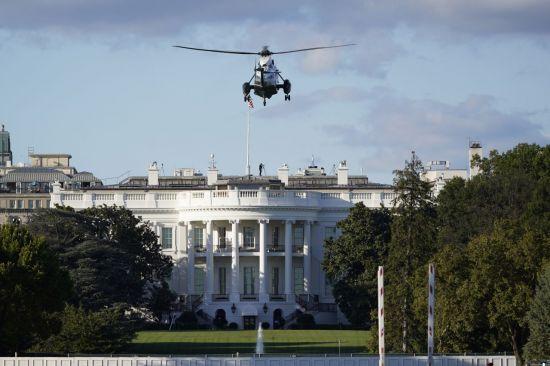 2일(현지시간) 도널드 트럼프 미국 대통령이 탑승할 헬리콥터가 백악관에 도착해 착륙하고 있다. [이미지출처=AP연합뉴스]