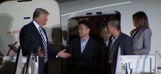 도널드 트럼프(왼쪽) 미국 대통령과 부인 멜라니아 여사가 2018년 5월 10일 오전 3시(한국 시각 오후 4시) 한국계 미국인 김동철(64) 목사, 김상덕(토니 김·59) 전 중국 옌볜과기대 교수, 김학송(55)씨와 함께 비행기에서 나와 대화하고 있다./워싱턴 포스트 라이브 캡처