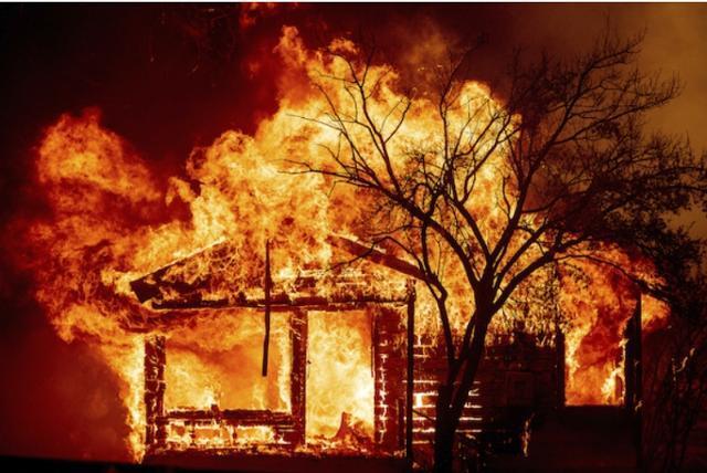 8월 미국 캘리포니아 주에 일어난 산불로 주택이 화염에 휩싸였다. 배커빌 AP=연합뉴스