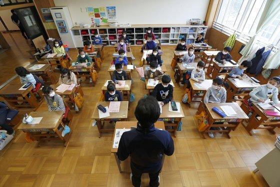 일본 시즈오카현 소재 시즈오카시립아오이 초등학교 교실에 학생들이 마스크를 착용하고 앉아 있다. 연합뉴스.