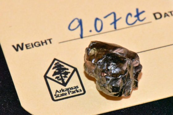 케빈 키나드(33)가 아칸소 다이아몬드 분화구 주립공원에서 채굴한 9.07 캐럿 다이아몬드. [아칸소 다이아몬드 분화구 주립공원]