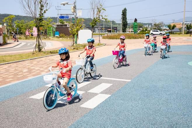 자전거 교육받는 어린이들 [증평군 제공. 재판매 및 DB 금지]