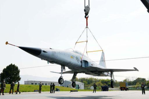 공군 18전투비행단이 활주로에서 이탈한 전투기를 크레인으로 견인하는 훈련을 하고 있다. 세계일보 자료사진