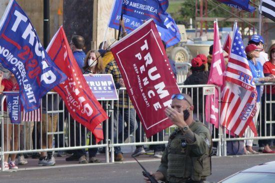 트럼프 대통령 지지자들이 월터리드 병원앞에 모여있다. [이미지출처=AP연합뉴스]