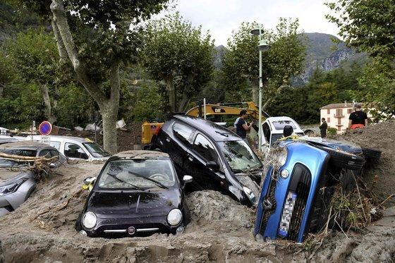 지난 4일(현지시간) 태풍 알렉스가 휩쓸고 간 프랑스 브레이 쉬르 로야 마을. 산사태와 홍수로 가옥과 차량이 진흙에 파묻혔다. [AFP=연합뉴스]