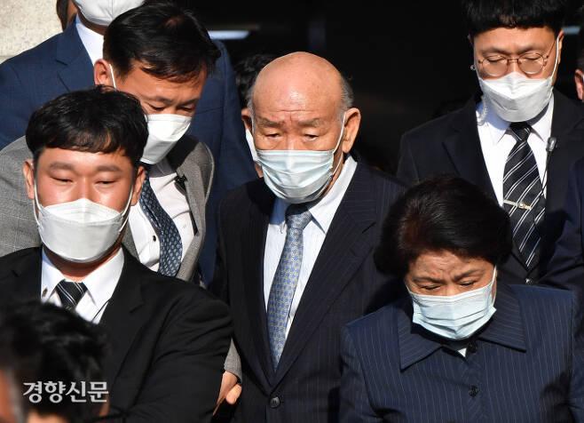 고(故) 조비오 신부에 대해 사자명예훼손 혐의를 받고 있는 전두환씨가 지난 4월 광주 동구 광주지법에서 재판을 받고 경호원의 보호를 받으며 법정을 빠져나가고 있다.  김창길 기자