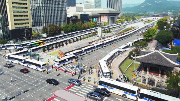일부 보수단체의 개천절 집회가 전면 금지된 지난 3일 서울 광화문광장 일대가 경찰의 차벽 등으로 봉쇄돼 한산한 모습을 보이고 있다. 차벽 봉쇄와 지하철 통제, 신분증 검사 등의 조치가 광복절 집회 당시의 실수를 반복하지 않기 위해 불가피했다는 의견도 있지만 일각에선 시민들의 기본권을 과도하게 침해했다는 지적도 제기된다. 뉴시스