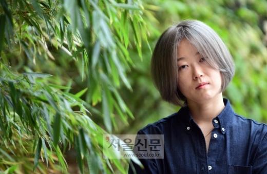 """당대를 쓰는 작가 황정은에게 코로나19 시대의 일상을 물었다. """"사랑하는 사람들이 아플까 봐 매일 걱정하죠. 기후변화도 무관하지 않은 것 같아서 요즘 그걸 공부하고 있습니다."""" 박윤슬 기자 seul@seoul.co.kr"""