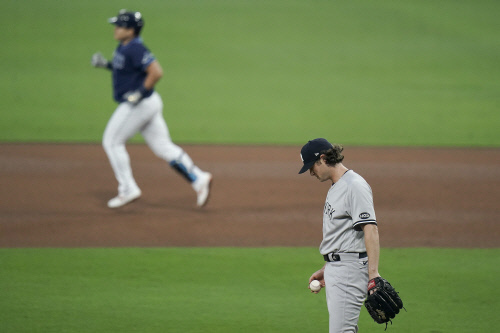 탬파베이 레이스 최지만이 아메리칸리그 디비전 시리즈 1차전 4회 투런 홈런을 뽑은 뒤 베이스를 돌고 있을 때 뉴욕 양키스 게릿 콜은 고개를 떨구고 있다. 샌디에고|AP연합뉴스