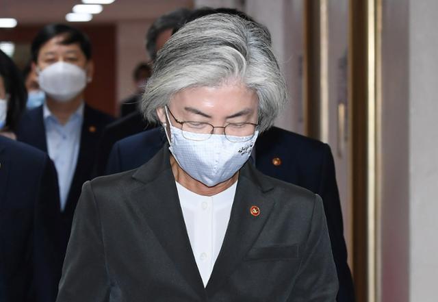 강경화 외교부 장관이 6일 오전 종로구 세종대로 정부서울청사 국무회의실으로 입장하고 있다. 뉴스1