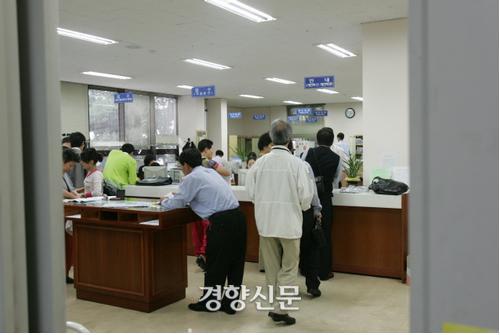 개인회생 신청자로 붐비는 서울중앙지법 창구. 2005년 / 경향신문 자료사진