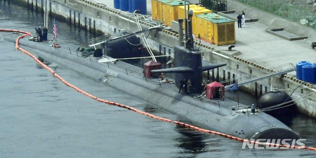 【부산=뉴시스】 하경민 기자 = 미국 해군의 로스앤젤레스급 핵추진 잠수함 '오클라호마시티'(6900t급)가 28일 부산 남구 해군작전사령부 부산기지에 정박하고 있다.길이 110m 크기인 이 핵잠수함에는 140여 명의 승조원이 탑승하고 있으며, 사거리가 3100㎞인 토마호크 순항미사일과 사거리 130㎞의 하푼 대함미사일 등을 탑재하고 있는 것으로 알려졌다. 이 잠수함은 북한이 단거리 탄도 미사일을 발사한 지난 25일 부산항에 입항한 것으로 전해졌다. 2019.07.28. yulnetphoto@newsis.com