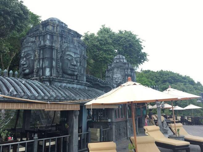 앙코르 와트 등 캄보디아 문화유산을 닮은 장식을 한 호텔 모습 [Le Palais 호텔 페이스북 캡처. 재판매 및 DB 금지]