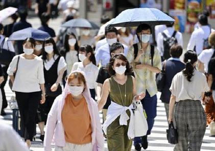 일본 도쿄도(東京都) 신주쿠(新宿)구에서 마스크를 쓴 사람들이 횡단보도를 건너고 있다. [사진=연합뉴스]