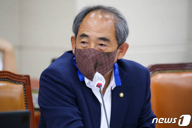 윤준병 더불어민주당 의원이 국회에서 열린 환경노동위원회 전체회의에서 질의하고 있다. © News1 신웅수 기자