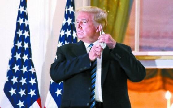 5일(현지시간) 신종 코로나바이러스 감염증(코로나19) 확진 판정으로 병원에 입원했던 도널드 트럼프 미국 대통령이 3일 만에 퇴원해 백악관으로 복귀했다. 트럼프 대통령은 백악관으로 복귀하자마자 마스크를 벗고 양손 엄지손가락을 치켜세우며 포즈를 취했다. [연합뉴스]