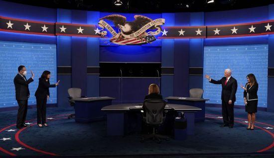 토론이 끝나고 두 후보가 상대방에게 손을 들어 인사하고 있다. [이미지출처=AP연합뉴스]