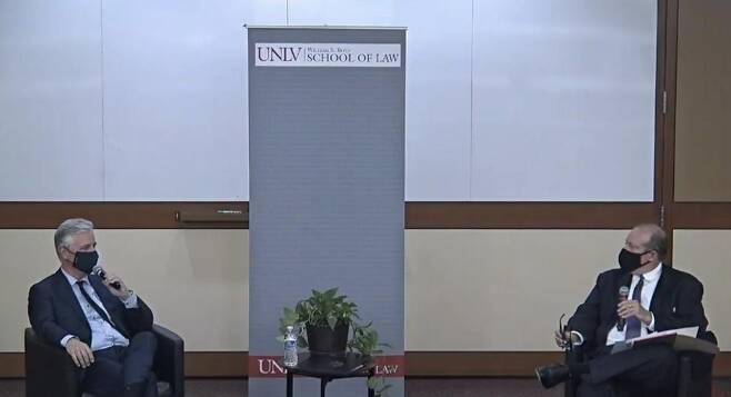 로버트 오브라이언 미국 백악관 국가안보보좌관(좌)이 7일(현지시간) 네바다대 세미나에서 발언하고 있다. 2020.10.7 [네바다대 행사 동영상 캡처.재판매 및 DB 금지]