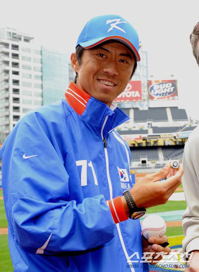 2009년 미국에서 열린 월드베이스볼 클래식에 서 투수 인스트럭터로 활약했던 손혁 감독