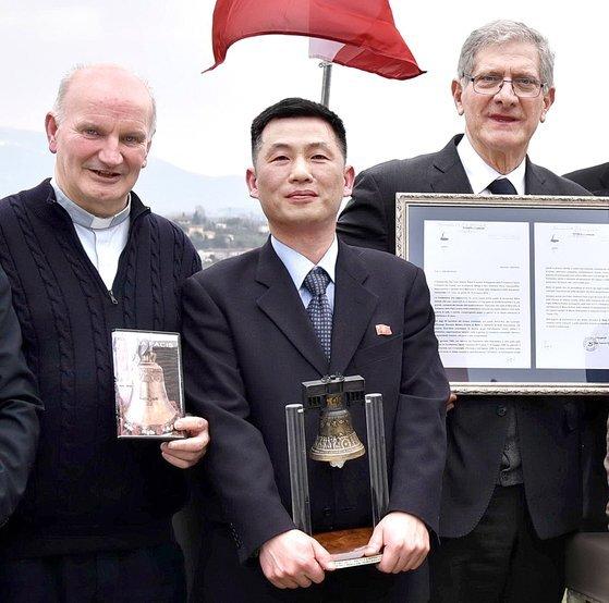 지난해 7월 부인과 함께 비밀리에 한국에 입국한 것으로 공개된 조성길(오른쪽에서 두번째) 이탈리아 주재 북한 대사대리. 사진은 2018년 3월 이탈리아 베네토 주의 트레비소 인근에서 열린 한 문화 행사에 참석한 모습. 연합뉴스