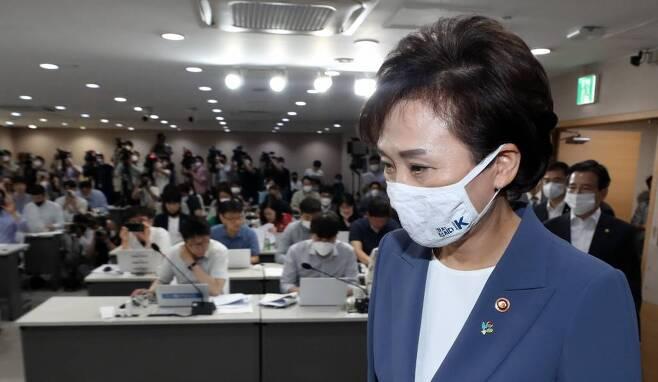 김현미 국토교통부 장관이 17일 오전 종로구 정부서울청사 합동브리핑실에서 열린 갭투자 규제 관련 '주택시장 안정을 위한 관리방안' 브리핑에 참석하고 있다. / 사진=이기범 기자 leekb@