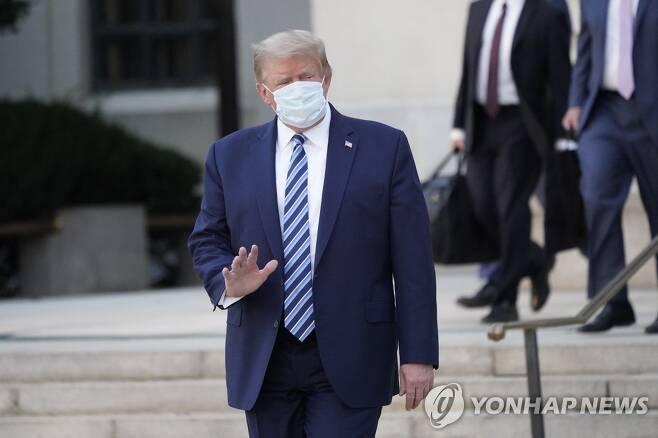 걸어서 병원 나서는 트럼프 미국 대통령 [EPA=연합뉴스 자료사진]