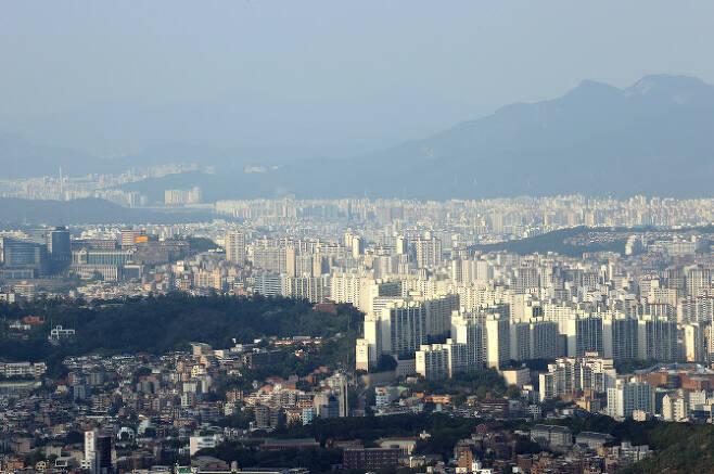 지난달 서울의 아파트 평균 매매가격이 처음으로 10억원을 넘어섰다. 사진은 서울 성북구 일대 아파트단지. (사진= 연합뉴스)