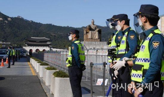 한글날인 9일 경찰이 도심 돌발적인 집회·시위 등을 차단하기 위해 광화문광장 일대를 통제하고 있다./김현민 기자 kimhyun81@